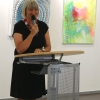 """Sabine Schäfer-Gold, Erste Vorsitzende des Vereins """"Künstler der Filder e.V."""" begrüßt die Gäste der Vernissage."""