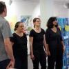 Thomas Oser und das Impro-Theater Charmeützel interpretieren ein Kunstwerk, das von den Gästen ausgewählt wurde.