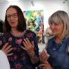 Gaby Pühmeyer und Sabine Schäfer-Gold im Gespräch mit einer Besucherin.