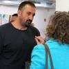 Simon Odischo im Gespräch mit einer Besucherin.