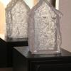 Adelheid Kirchner: Natur und Mensch, Haus 2, Glasguss, Oberflächenstruktur Fichtenrinde, eine Giebelseite transparent, 10 x 20 x 10 cm